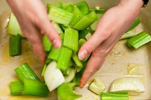 5.Хорошенько перемешайте овощи в форме. Разогрейте духовку до 180-200 градусов. Запекайте овощи в течение 45-55 минут.