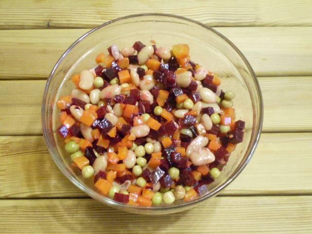 5. Перемешиваем, салат готов. В качестве зелени лучше всего добавить зеленый лук перышками. Приятного аппетита!
