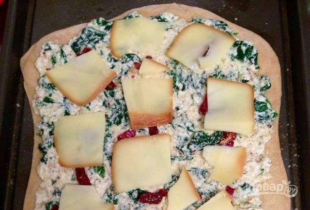 7.Нарежьте тонко красный перец и томаты, выложите их, затем добавьте пластинки моцареллы и пармезана.
