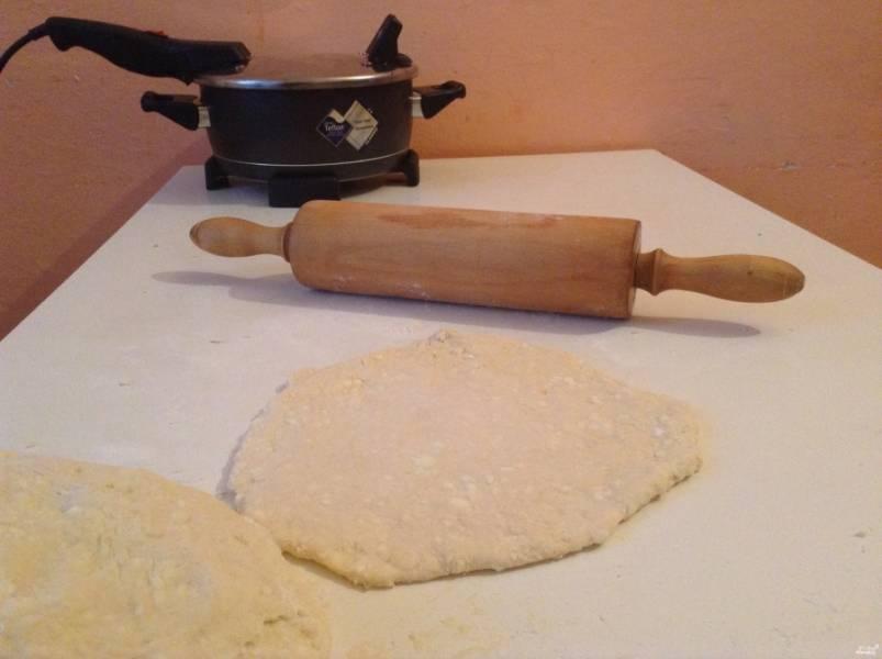Раскатайте лепешки не сильно тонко, они должны быть достаточно толстыми.  Разогрейте сковороду, налейте немного масла растительного (можно вообще жарить без масла, если у вас сковорода хорошая и позволяет это делать).