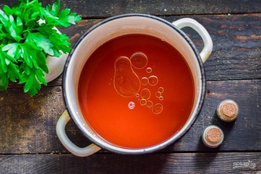 Томатную пасту разведите в теплой воде, перелейте в кастрюлю, добавьте масло.