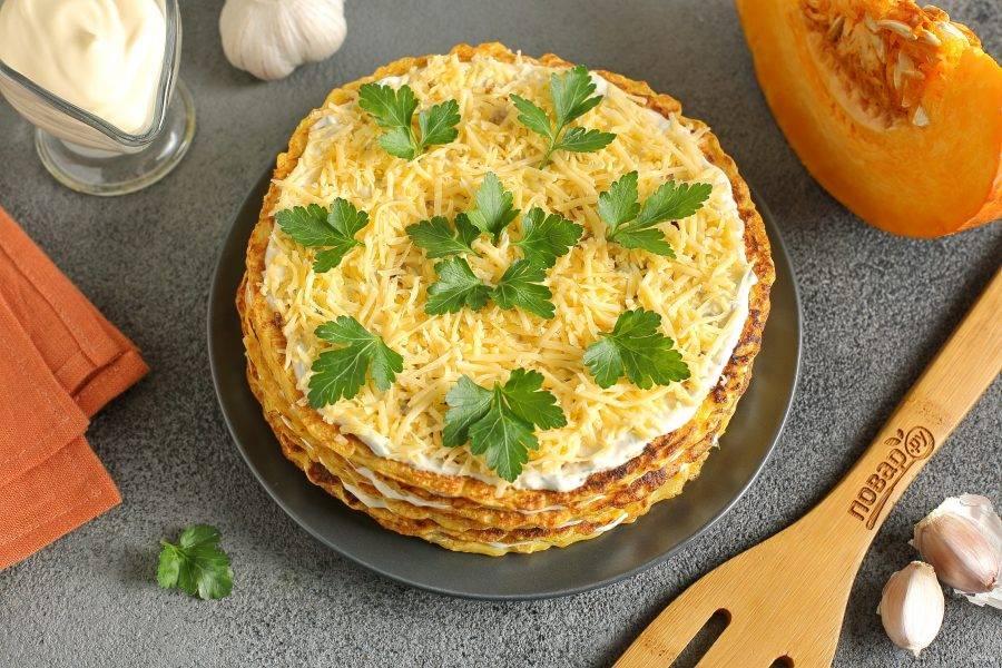 Тыквенный блинный торт готов. Я смазала верх остатками соуса, посыпала тертым сыром и украсила зеленью. Торт можно подавать как в теплом, так и в охлажденном виде.