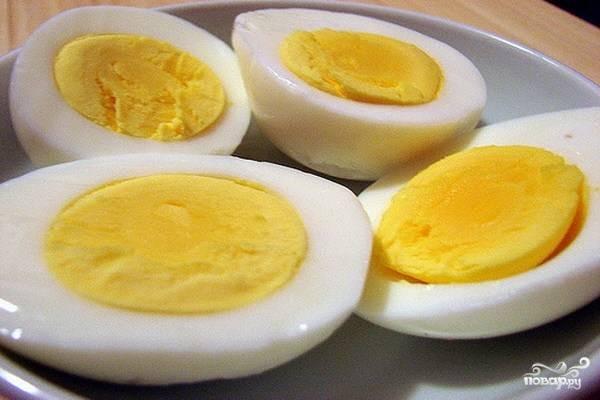 Яйца отварите вкрутую, дайте полностью остыть, затем очистите. Чтобы добавить яйца в суп, их можно порезать мелкими кусочками. Однако мне больше нравится класть в каждую порцию по половинке яйца, так блюдо выглядит красивее. Поэтому каждое яйцо я просто разрезаю вдоль на 2 равные части.