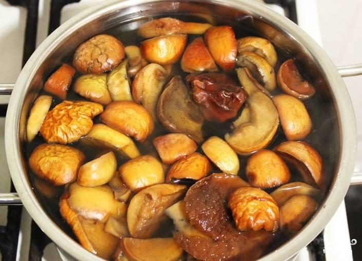 Теперь займитесь сушёными яблоками. Их нужно залить кипятком, добавить туда две столовые ложки лимонного сока и проварить на медленном огне около 20 минут. Когда яблоки размокнут, воду, где они варились, нужно процедить и добавить туда конфетюр, дождаться, пока он растворится. Затем сироп нужно обязательно охладить.