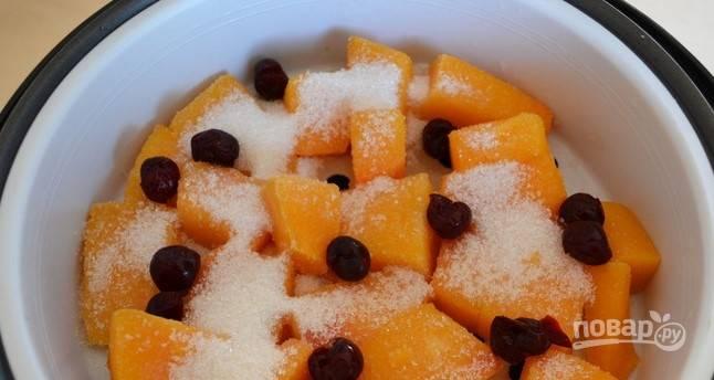 Разморозьте вишню, если вы используете замороженную. Затем достаньте из ягод косточки. Выложите их поверх тыквы так, чтобы вишня равномерно располагалась в пароварке.