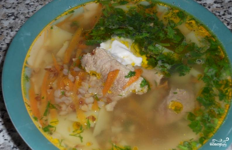 Подаем суп к столу присыпав измельченной зеленью и добавив в него сметану. Приятного аппетита!