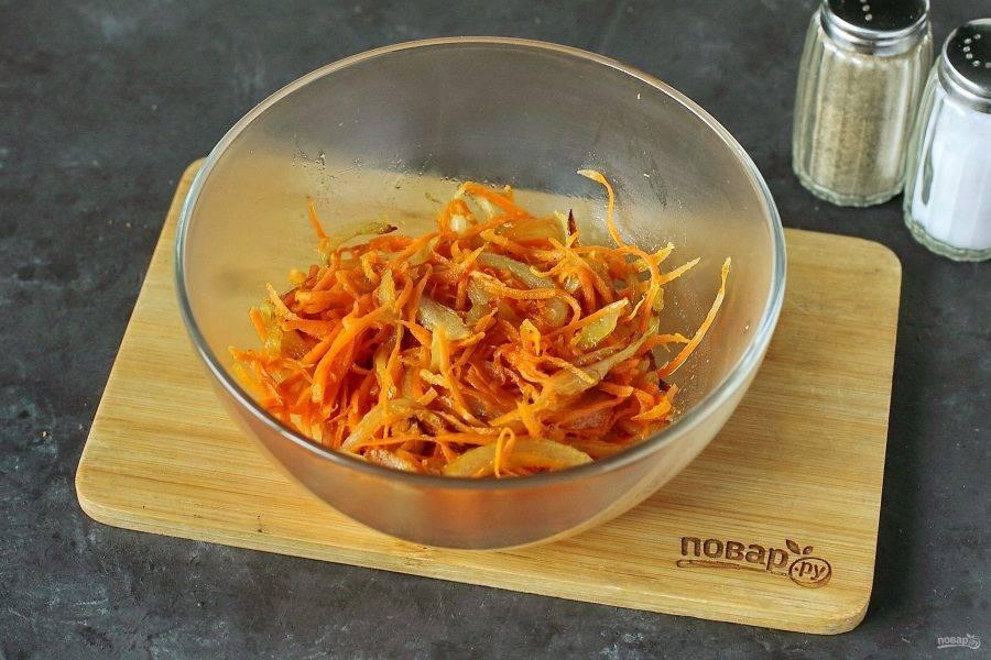 Переложите содержимое сковороды в глубокую миску.