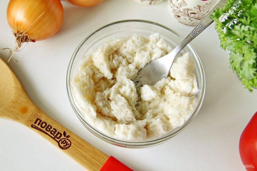 У хлеба срежьте корки, мякоть раскрошите руками и замочите в молоке.