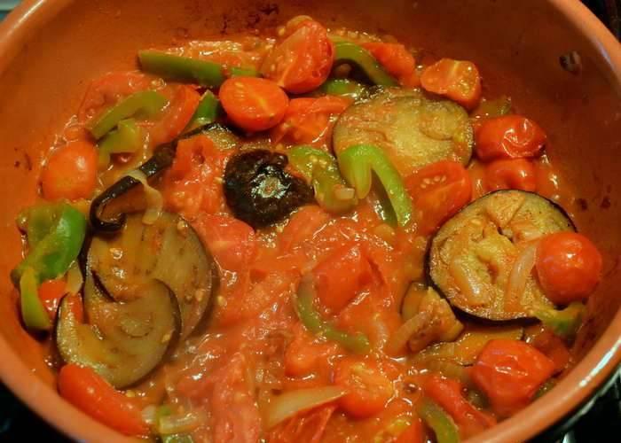 2. Теперь добавим измельченные в пюре помидоры, продолжаем тушить, огонь уменьшаем. Тушим, пока жидкость не испарится.