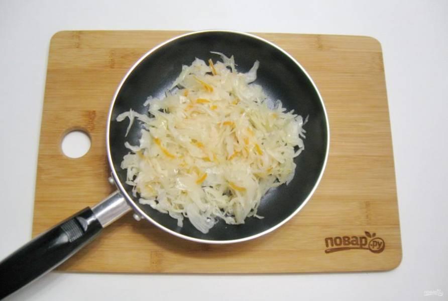 Приготовьте начинку для пирожков. Квашеную капусту тушите в сковороде 15-20 минут до мягкости. Накройте сковороду крышкой.