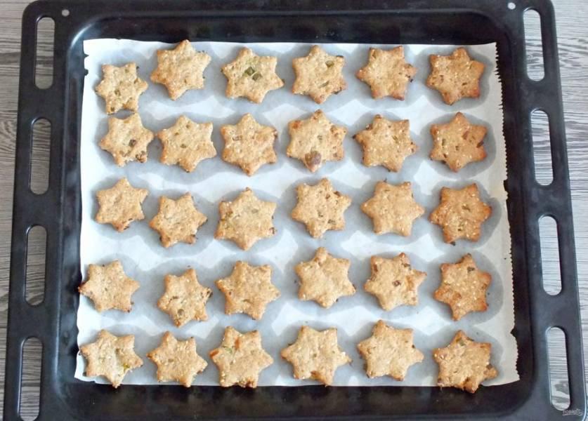 По истечении времени достаньте лист с печеньем из духовки. Оно должно быть золотистого цвета. Охладите и подавайте к столу.