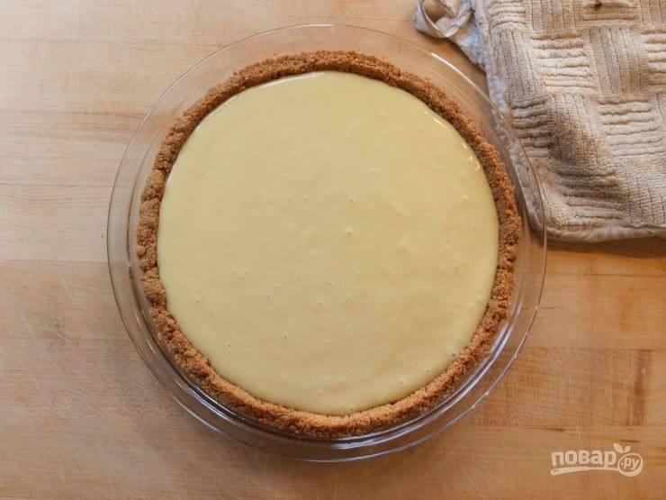 Теперь начинку влейте в основу. Слегка постучите по дну, чтобы ушёл воздух. Запекайте пирог ещё 15 минут.