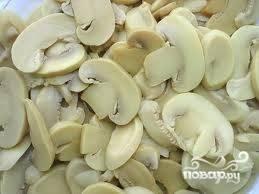 Если грибы очень крупные, их лучше порезать.