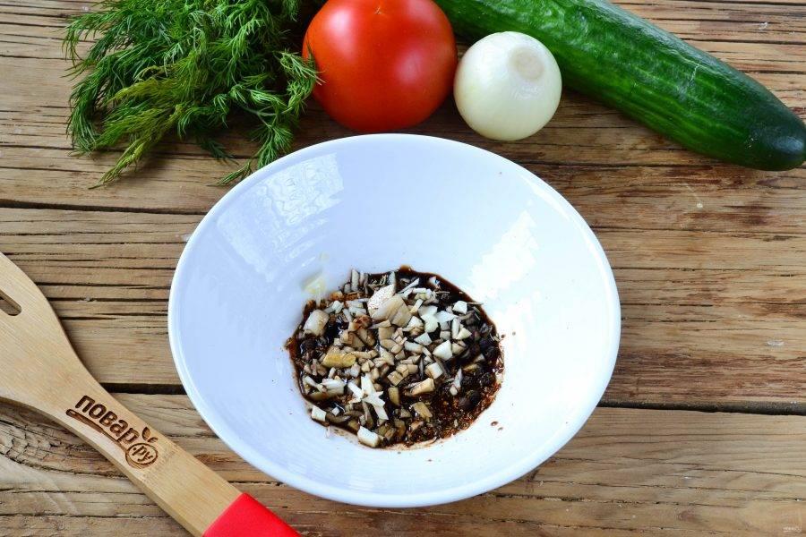 Первым делом приготовьте маринад для курицы. Смешайте соевый соус, 1 зубчик чеснока, мелко порубленный ножом, добавьте соль, перец, 1 ч. ложку специй для курицы, розмарин. Все перемешайте.