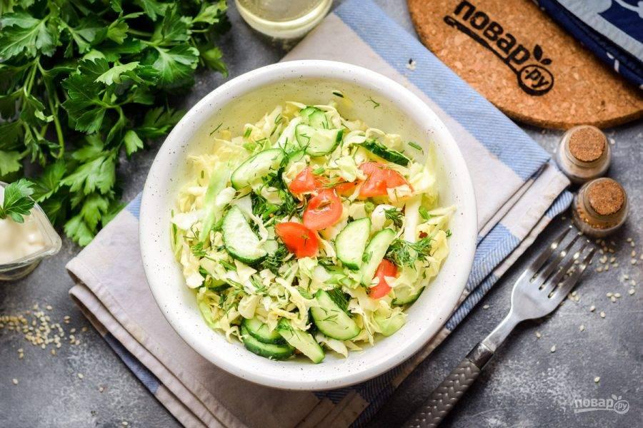 Заправьте салат маслом, уксусом, добавьте соль и перец по вкусу. Перемешайте все и подавайте к столу. Приятного аппетита!