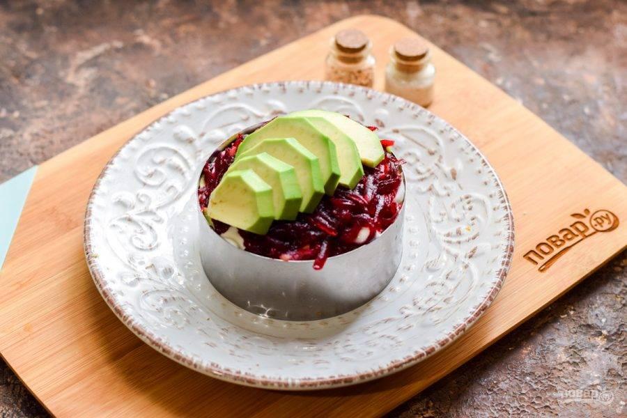 Салат украсьте дольками авокадо и подавайте к столу.