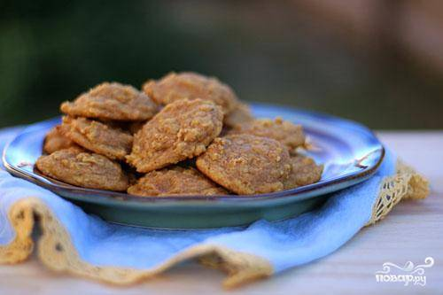 4. Дать готовому печенью слегка остыть на противне. Затем выложить печенье на стойку и дать полностью остыть перед подачей на стол.