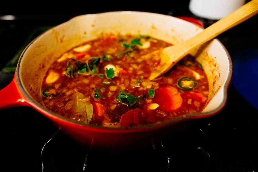 2. В другой миске смешаем измельченный лук, морковь кружочками, чеснок зубчиками. Ребра выкладываем на тарелку, а в том же масле обжарим овощи. Теперь заливаем пивом, добавим воду, томатную пасту и все специи.