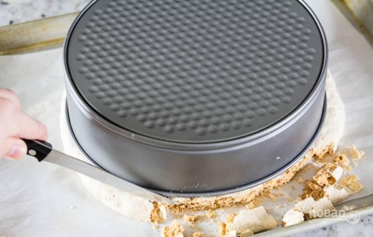 10.Готовые коржи достаньте из духовки и остудите, затем выровняйте коржи с помощью формы или тарелки.