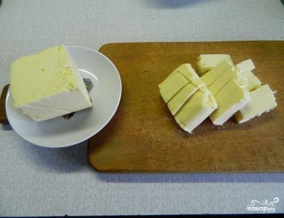 1.Упаковку масла разделяем на 2 части, одну оставляем при комнатной температуре.