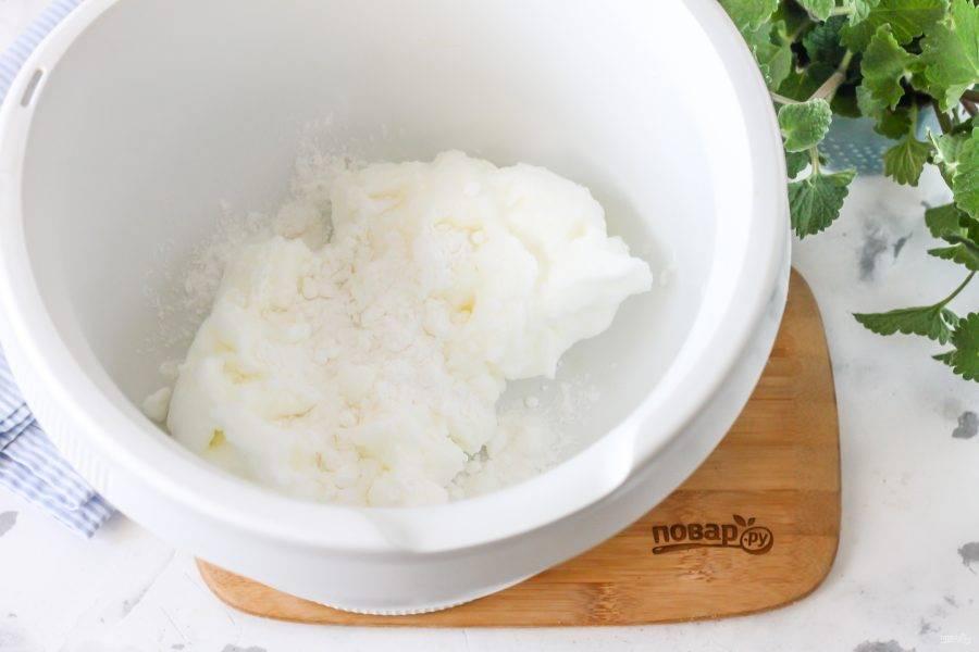 Один белок куриного яйца влейте в чашу кухонного комбайна, всыпьте сахарную пудру и взбейте 2-3 минуты.