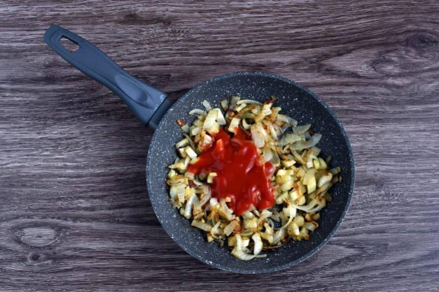 Добавьте томатную пасту или пассату и немного потушите с овощами.