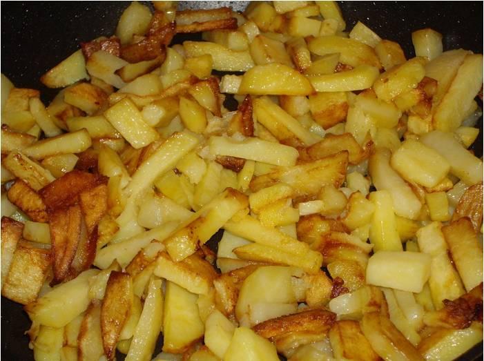 Обжариваем картошку на небольшом огне (чуть меньше среднего), постоянно помешивая, около 15-20 минут. Посолим и поперчим