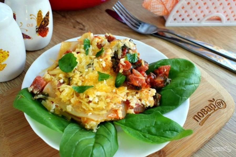 Сверху посыпьте тертым сыром, мелко нарезанным базиликом и подавайте к столу эту импровизированную лазанью горячей! Приятного аппетита!