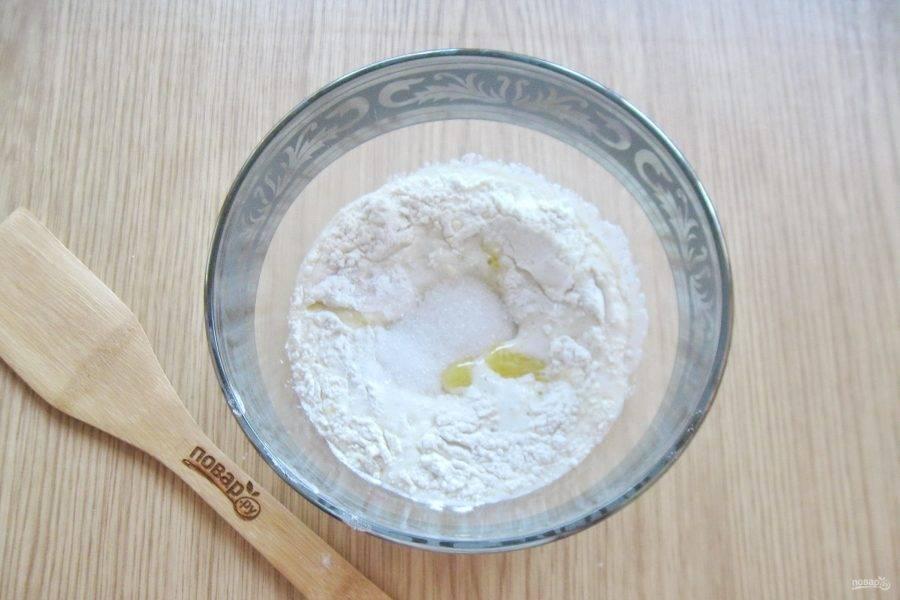 Добавьте еще 4 столовые ложки сахара и соль.