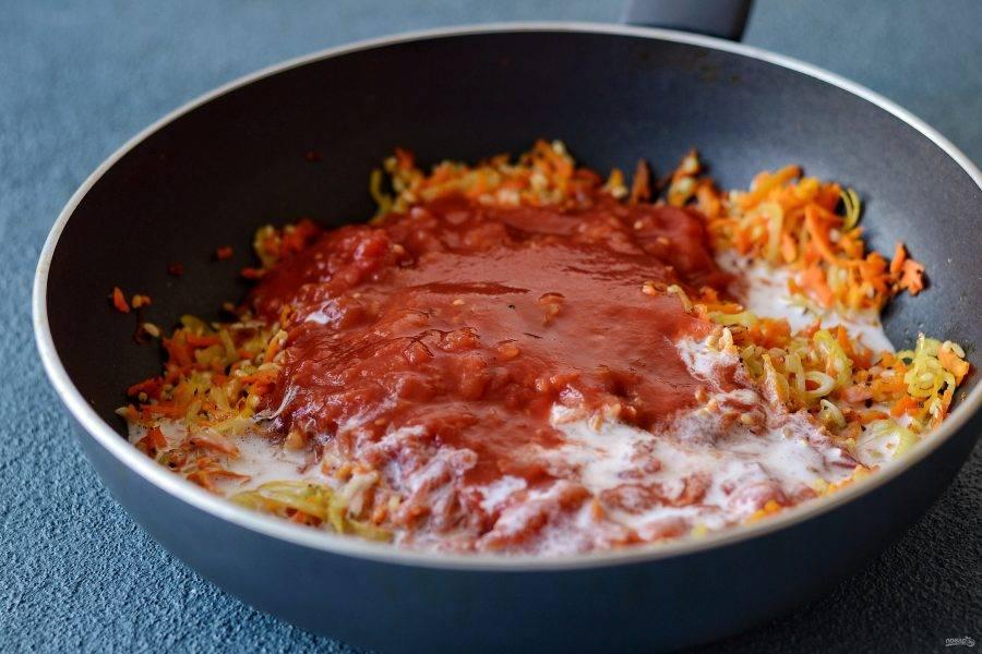 Затем влейте сливки, и добавьте томаты в собственном соку. Оставьте на 7-10 минут томиться под крышкой.