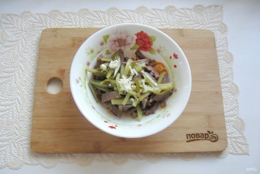 Чеснок измельчите и добавьте в салат.