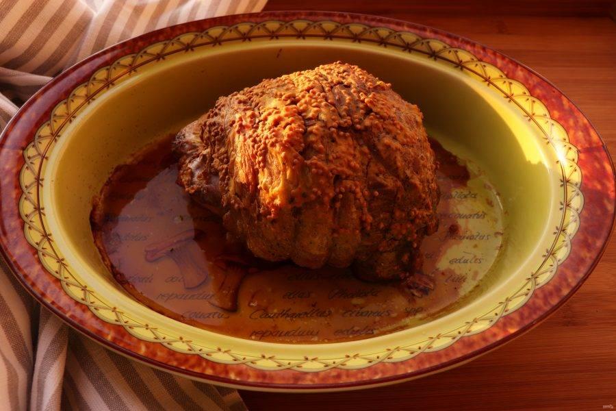 Затем убавьте температуру до 150 градусов. Если вам нравится классический вариант мяса с кровью, запекайте мясо 30 минут. Если вам больше по нраву мясо средней прожарки, готовьте 40 минут.