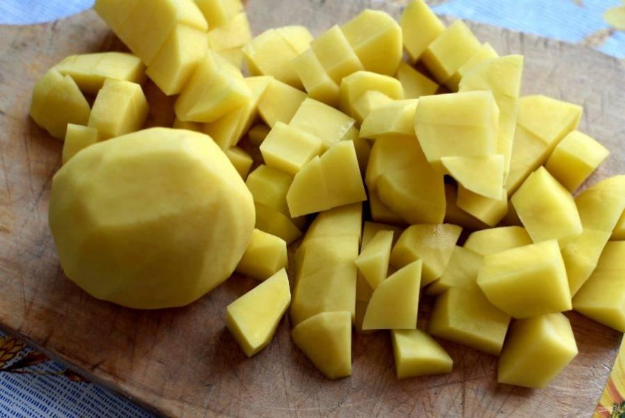 Картофель очистите  и нарежьте кубиками. Опустите в бульон и варите до полуготовности.