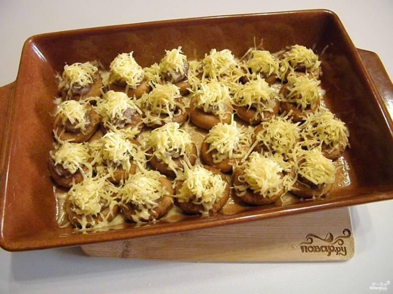 Когда бублики будут готовы, достаньте их из духовки и щедро покройте сыром. Снова отправьте их в духовку на 2-3 минуты для расплавления сыра.