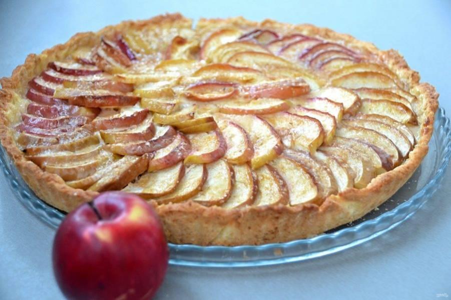 Готовый яблочный киш охладите, аккуратно извлеките из формы и наслаждайтесь великолепным вкусом яблочного пирога с нежной заливкой и рассыпчатой песочной корочкой.