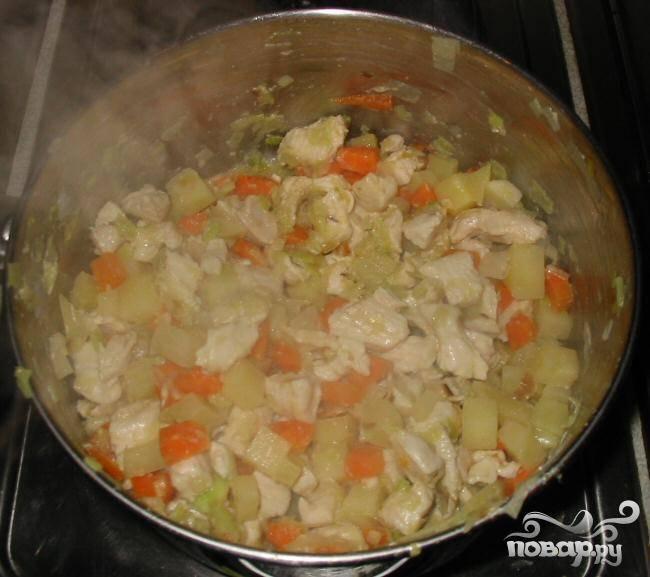 3.Добавить порубленное куриное филе и готовить еще 5-6 минут, пока куриное мясо не перестанет быть розовым.