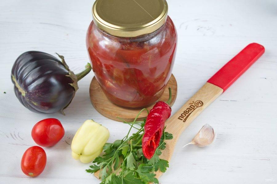 Разложите горячий салат по стерилизованным банкам, закатайте крышками. Укутайте в тепло, дайте остыть. Храните в прохладном месте!