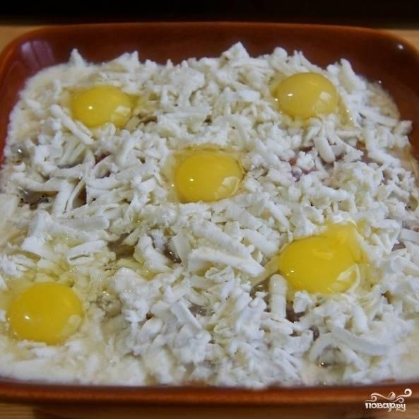 Яйца взбиваем со сметаной, получившейся смесью заливаем рыбу. Сверху посыпаем все это дело тертым адыгейским сыром. При желании, разбиваем сверху еще пару перепелиных яиц для украшения (это необязательно).