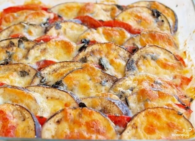 6. Запекаем баклажаны с моцареллой в разогретой духовке при температуре 230 градусов 15-20 минут. Готовое блюдо посыпаем мелко нарезанной зеленью (если Вы выбрали базилик, мелко нарезать не стоит, просто посыпьте блюдо листиками). Ммм, пальчики оближешь! Приятного аппетита!