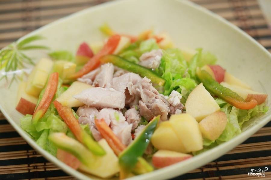 Нарежьте тонко морковь, болгарский перец, лучше даже соломкой. Яблоко небольшими кусочками. Нарвите листья салата и смешайте все ингредиенты.
