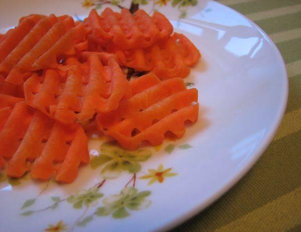 Нарезаем морковку.