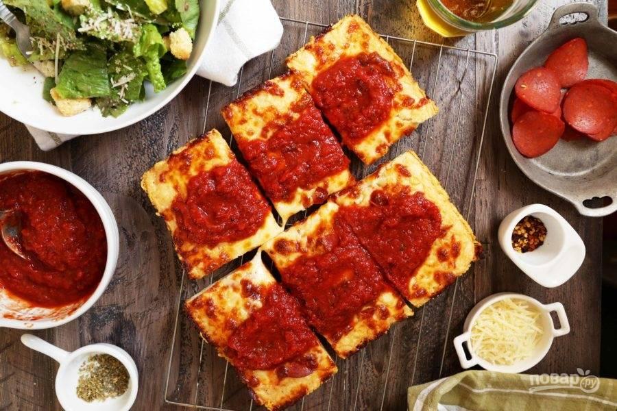 13.Разрежьте теплую пиццу кусочками и сразу подавайте к столу.
