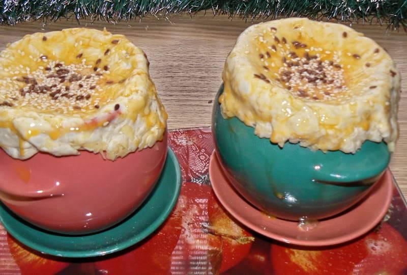 Смазываем тесто яичным желтком, посыпаем кунжутом и при желании семенами льна. Ставим горшочки в разогретую до 180-190 градусов духовку и готовим суп, пока тесто не зарумянится и не станет золотисто-коричневого цвета.