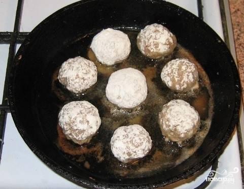 Обваливаем тефтели со всех сторон в муке и обжариваем на сковороде до румяной корочки с добавлением масла.