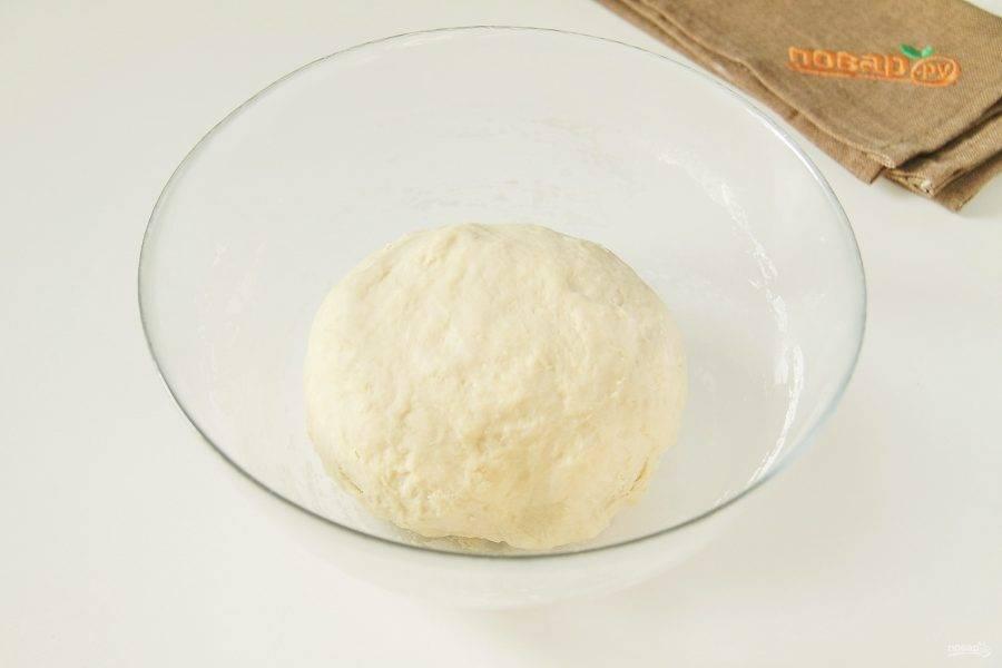 Затем руками замесите мягкое тесто. Соберите его в шар, накройте чистым полотенцем и дайте полежать 30 минут.