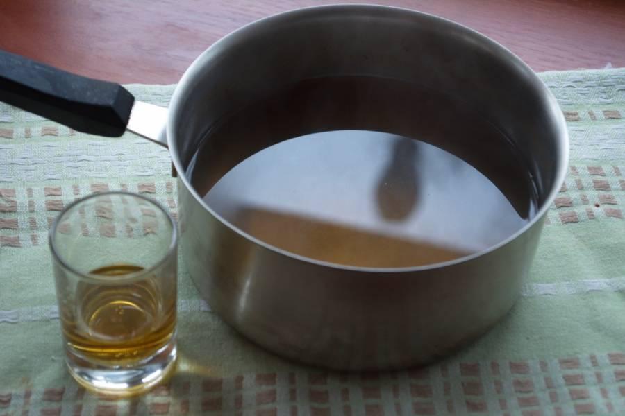 Когда напиток будет почти кипеть, выключите огонь. Ложкой придавите фрукты, чтоб сок ушел в жидкость. Процедите напиток через сито, удалив фрукты и специи. В полученный напиток добавьте ром.