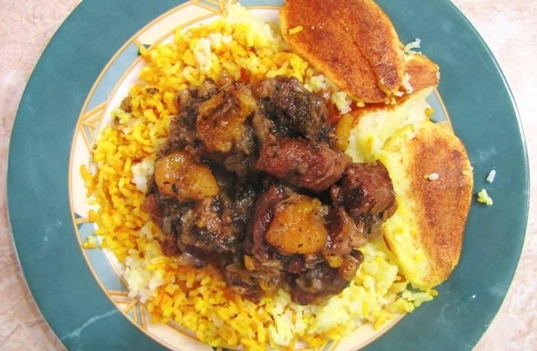 Подается азербайджанский плов с бараниной так: в середину тарелки выкладывается рис (и желтый, и белый) с кусочками картофеля, на рис кладем немного мяса с луком и сухофруктами, готовое блюдо можно посыпать свежей зеленью и подавать к столу. Приятного всем аппетита!