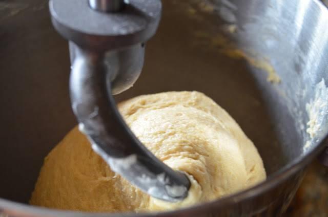 5. Примерно 6-8 минут нужно перемешивать тесто.