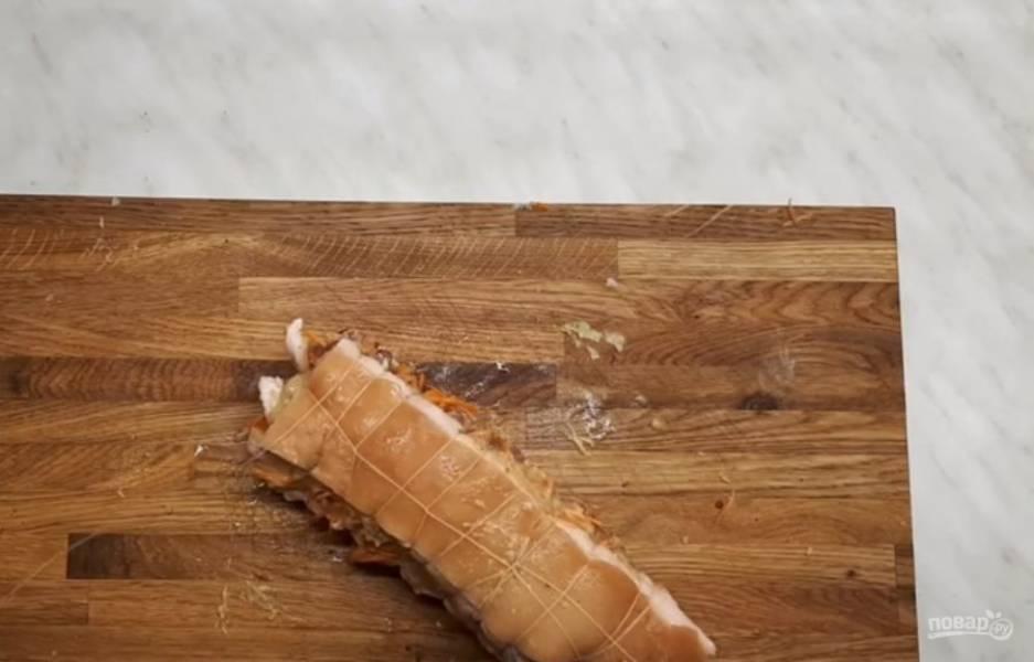 3.  Аккуратно и плотно завяжите сало ниткой, чтобы оно держало форму после варки. Заверните сало в рукав для выпечки и снова обмотайте нитью.