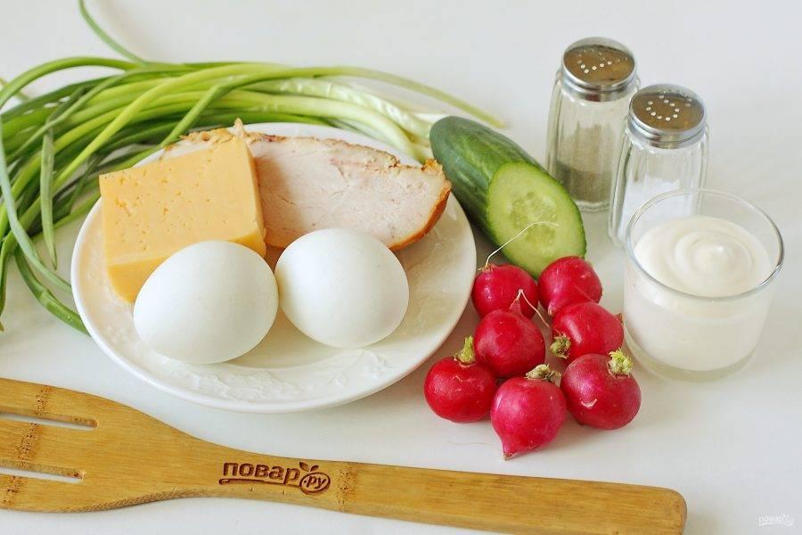 Подготовьте все ингредиенты. Все продукты заранее измельчаются, затем выкладываются слоями. Каждый слой необходимо посолить по вкусу и смазать майонезом.